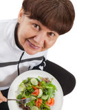 Femme d'âge d'admission à la pension dans le costume de sport avec de la salade Concept sain de style de vie Image stock