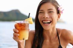 Femme d'Hawaï buvant la boisson hawaïenne de Mai Tai Image stock