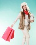 Femme d'hiver avec le petit achat de bonhomme de neige et de sacs Images stock