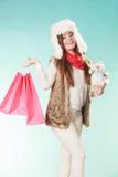 Femme d'hiver avec le petit achat de bonhomme de neige et de sacs Photographie stock libre de droits