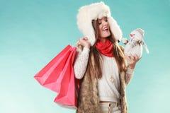 Femme d'hiver avec le petit achat de bonhomme de neige et de sacs Photo stock