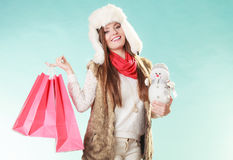 Femme d'hiver avec le petit achat de bonhomme de neige et de sacs Photos stock