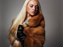 Femme d'hiver dans le manteau de fourrure de luxe Mannequin Girl de beauté Image libre de droits