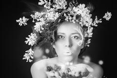 Femme d'hiver de Noël avec la coiffure d'arbre et le maquillage, fée magique Photos libres de droits