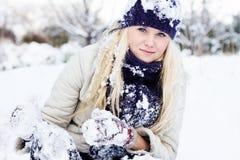 Femme d'hiver jouant avec la neige Photo stock