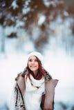 Femme d'hiver recherchant heureuse Photo stock