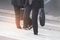 Femme d'homme d'affaires et d'affaires vers le haut des escaliers Images libres de droits