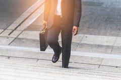 Femme d'homme d'affaires et d'affaires vers le haut des escaliers Photos stock