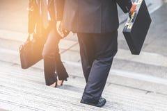 Femme d'homme d'affaires et d'affaires vers le haut des escaliers Images stock