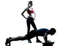 Femme d'homme d'entraîneur exerçant des abdominals avec le bosu Photo stock