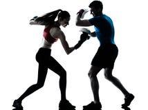 Femme d'homme d'entraîneur exerçant le boxe images stock