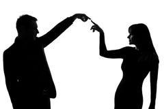 Femme d'homme de couples exprimant le geste de transmission Image stock