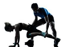 Femme d'homme exerçant la forme physique de séance d'entraînement de pattes Photo libre de droits