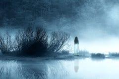 Femme d'horreur dans la brume Photographie stock libre de droits