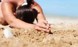Femme d'image de plan rapproché dans la pose de yoga de relaxation image stock