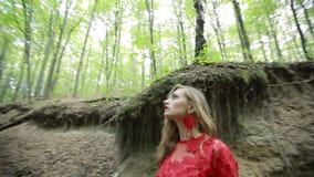 Femme d'imagination perdue dans les bois banque de vidéos