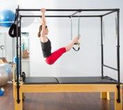 Femme d'instructeur de pilates d'aérobic dans cadillac Image libre de droits