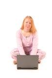 Femme d'isolement à l'aide de l'ordinateur portatif Image stock