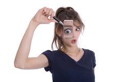 Femme d'isolement choquée déçue tenant des loupes. Photo stock