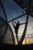 Femme d'isolement exerçant le ballet sur un pont moderne Photographie stock libre de droits