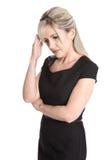Femme d'isolement triste et douleureuse dans la robe noire d'isolement au-dessus du wh images stock