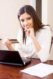 Femme d'opérations bancaires d'Internet photographie stock libre de droits