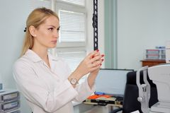 Femme d'ophtalmologiste avec le dispositif ophthalmologique dans le coffret images stock
