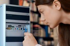 femme d'ordinateur de câble Image stock