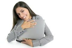 femme d'ordinateur portatif d'étreinte d'ordinateur de brunette Images libres de droits