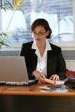 femme d'ordinateur portatif de bureau d'ordinateur images stock