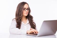 Femme d'ordinateur portatif Femme d'affaires avec des verres utilisant le PC d'ordinateur portable photographie stock