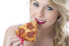 Femme d'Oung mangeant la tranche de pizza Photo libre de droits