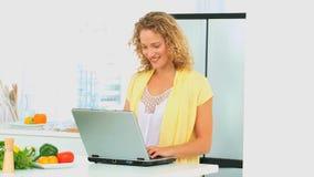 Femme d'une chevelure bouclée regardant une recette banque de vidéos