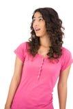 Femme d'une chevelure brune étonnée posant la recherche Images libres de droits