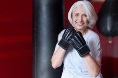 Femme d'une chevelure grise de sourire de Fanny préparant à la boxe images stock