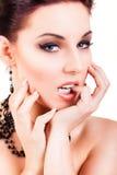 Femme d'une chevelure noire de flirt attirante Photographie stock libre de droits