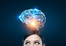 Femme d'une chevelure noire et un hologramme bleu de cerveau images libres de droits