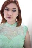 Femme d'une chevelure rouge aux yeux bleus Image libre de droits
