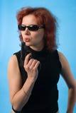 Femme d'une chevelure rouge avec le pistolet Photos libres de droits