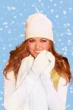 Femme d'une chevelure rouge portant le vêtement chaud de l'hiver images libres de droits