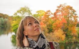 Femme d'une cinquantaine d'années blonde pendant l'automne sur le fond de la nature Photos stock