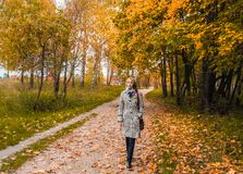Femme d'une cinquantaine d'années blonde pendant l'automne sur le fond de la nature Image libre de droits