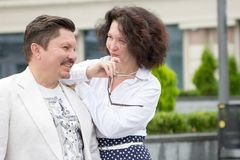 Femme d'une cinquantaine d'années d'homme de couples de bureau de style d'affaires dehors photographie stock