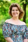 femme d'une cinquantaine d'années élégante en parc d'été Images stock