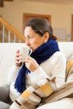 Femme d'une cinquantaine d'années avec la tasse de thé Image stock