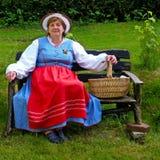 Femme d'une cinquantaine d'années dans un costume de la Prusse est Photo stock