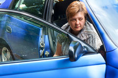 Femme d'une cinquantaine d'années dans une voiture Photo libre de droits