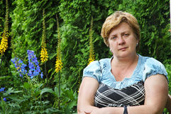 Femme d'une cinquantaine d'années en parc Photographie stock libre de droits