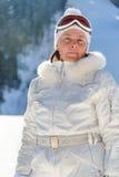 Femme d'une cinquantaine d'années en verres d'un ski de veste de blanc Photos libres de droits