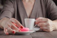 Femme d'une cinquantaine d'années s'asseyant en café ayant le café Photos libres de droits